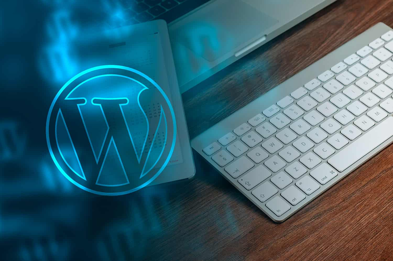Imagen de un ordenador con el logotipo de WordPress