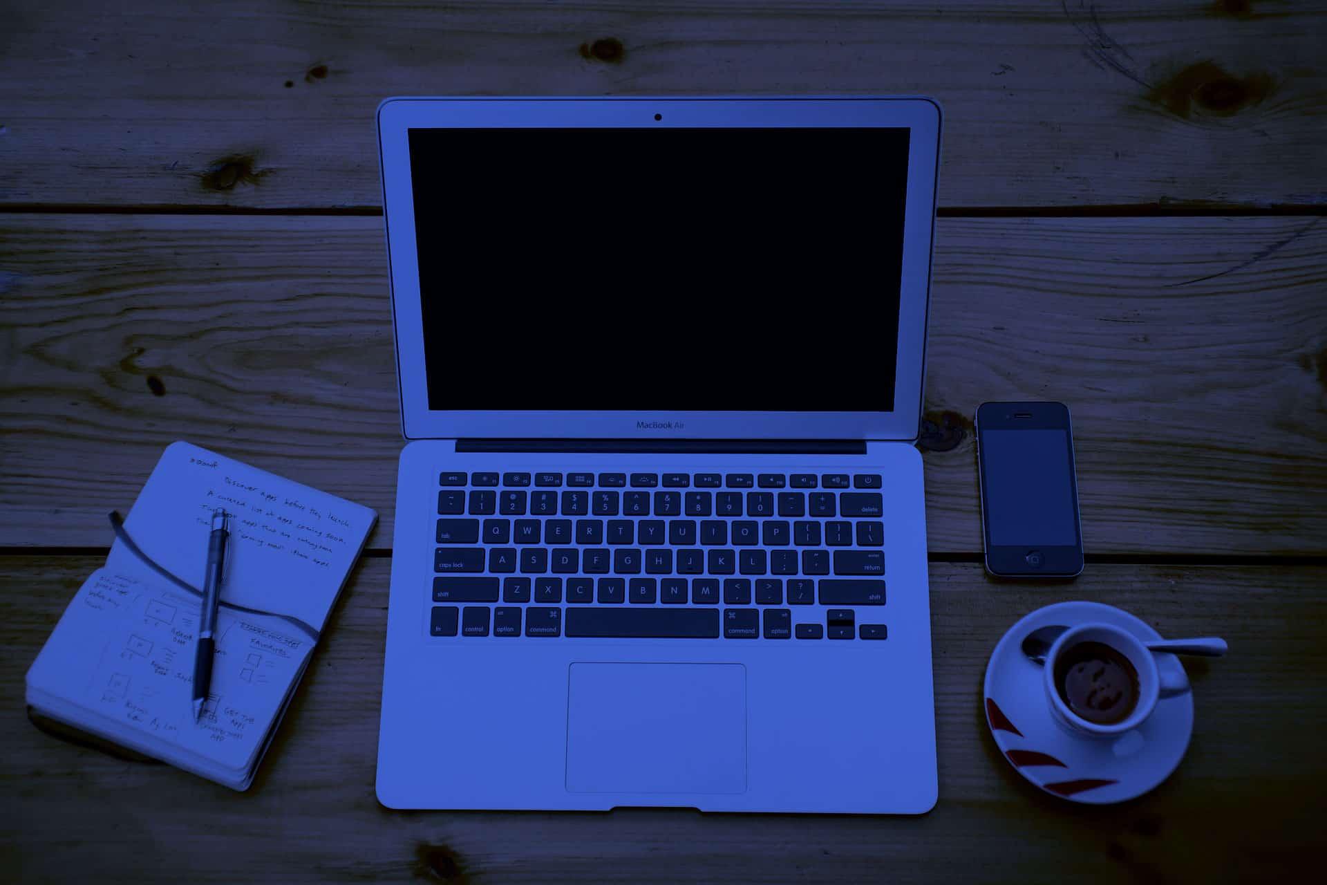 Mesa de trabajo con las herramientas habituales de un blogger