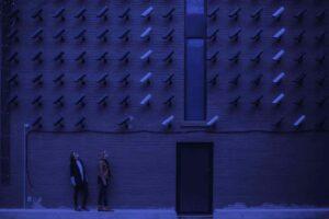 Imagen de dos chicas vigiladas por cientos de cámaras, alegoría de nuestra falta de privacidad en internet
