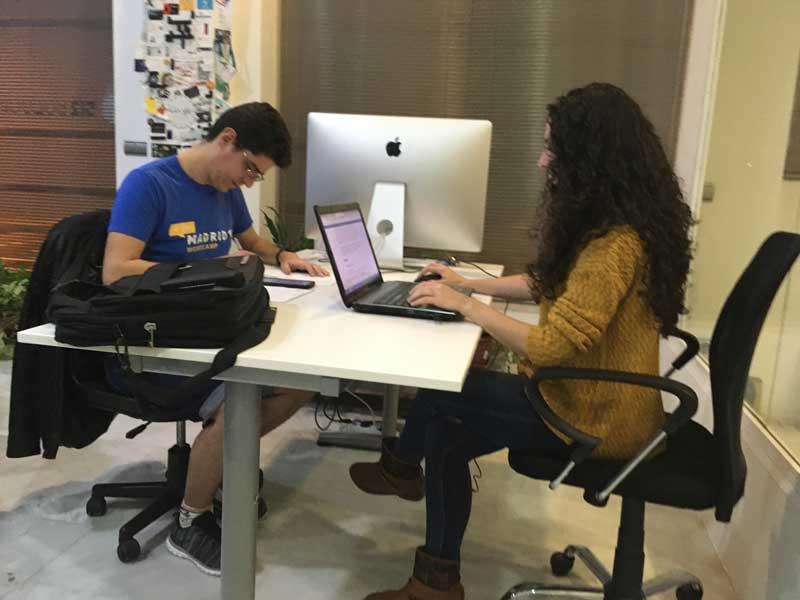 El Líder coordinando y Anabel preparando contenido para WordCamp Granada