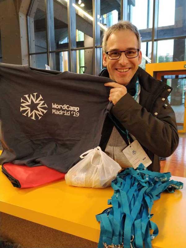 Me receiving the WordCamp 2019 shirt